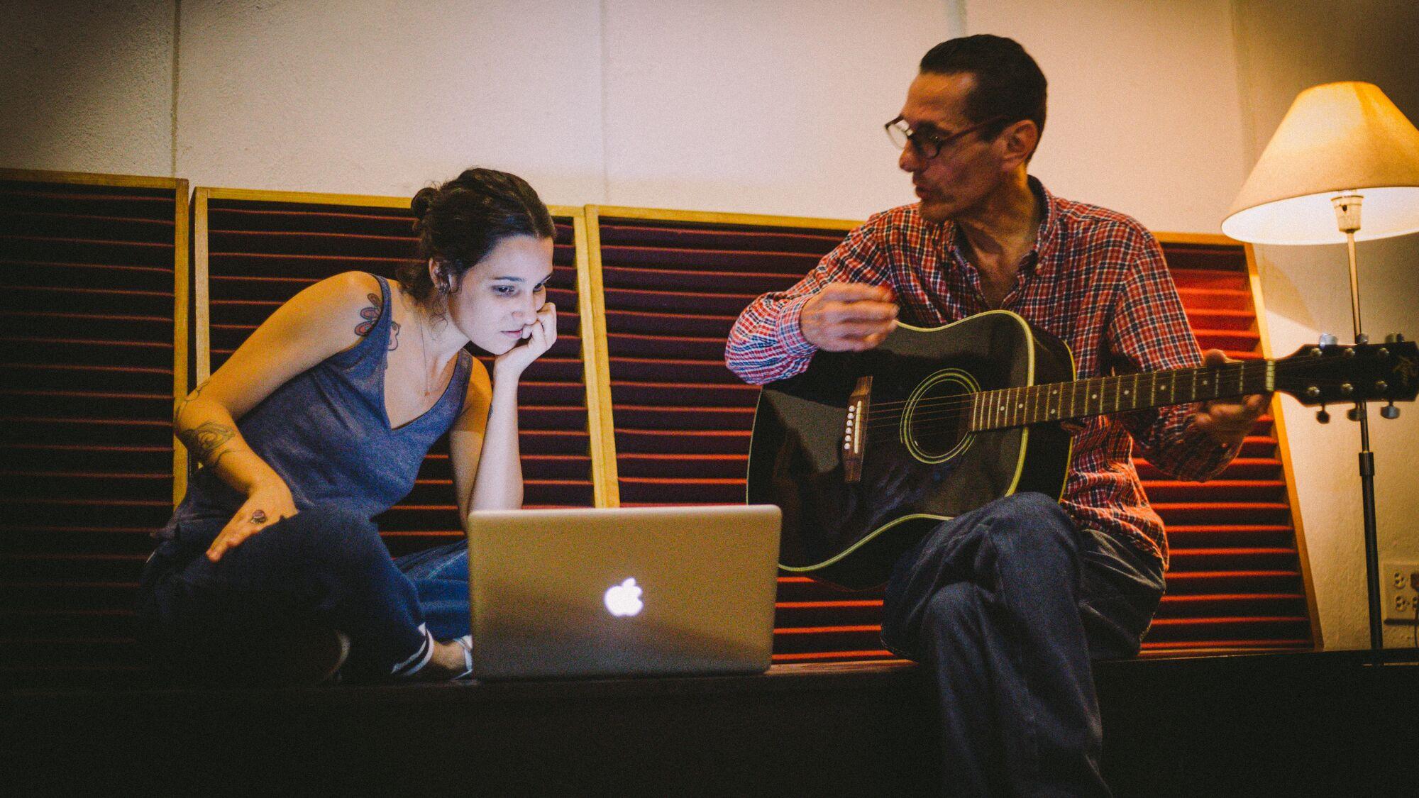 Pedrosa documentó las observaciones de decenas de participantes en el proyecto discogr;afico de la artista. (Foto Alejandro Pedrosa) participantes