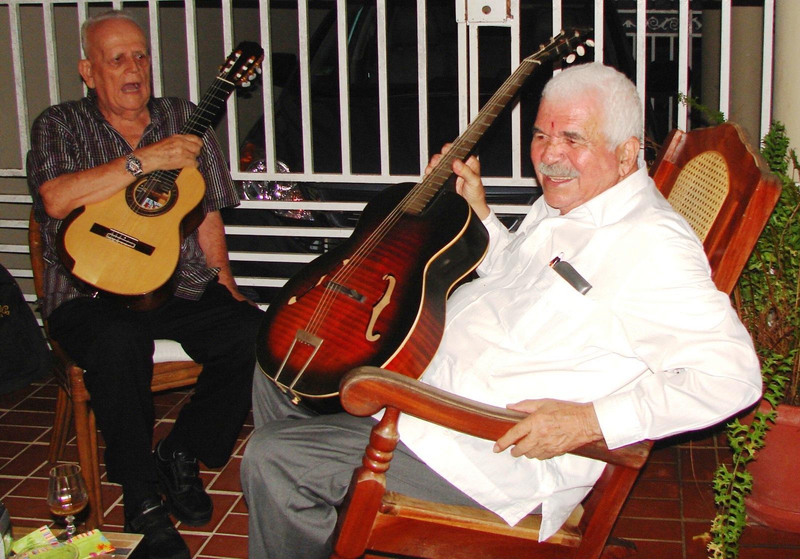 Hombre de profunda inquietud patriótica, Rafael Scharron comparte aquí con el líder nacionalista Rafael Cancel Miranda. (Foto suministrada)
