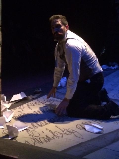 El piso del escenario -pintado por Félix Vega- sugería cartas escritas a mano, a gran escala. (Foto Joselo Arroyo para Fundación Nacional para la Cultura Popular)