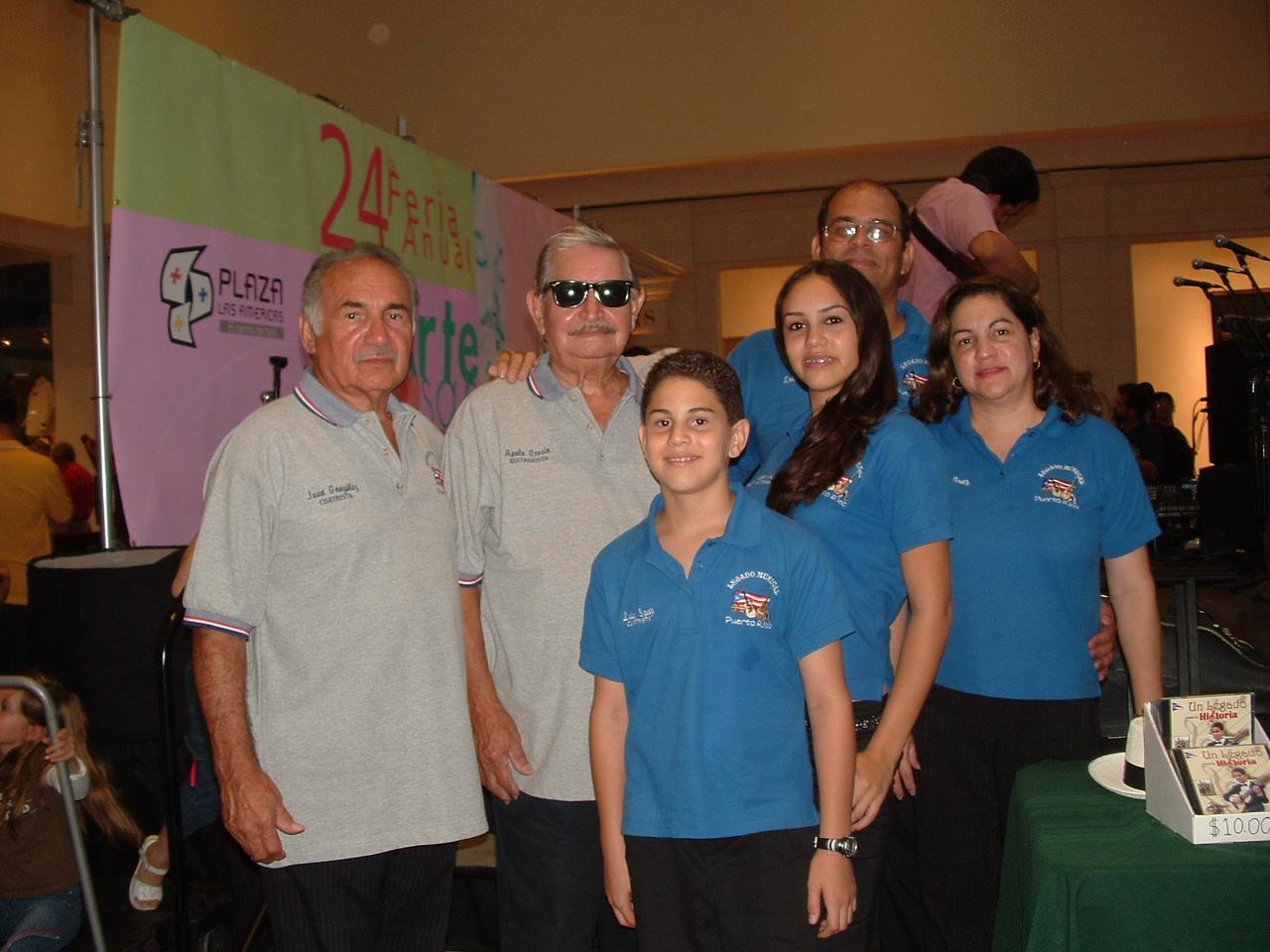 La familia Sanz junto a Polo Ocasio en ocasión de presentar el primer disco de Luis en la XXIV Feria de Artesanías en Plaza Las Américas. (Foto suministrada)