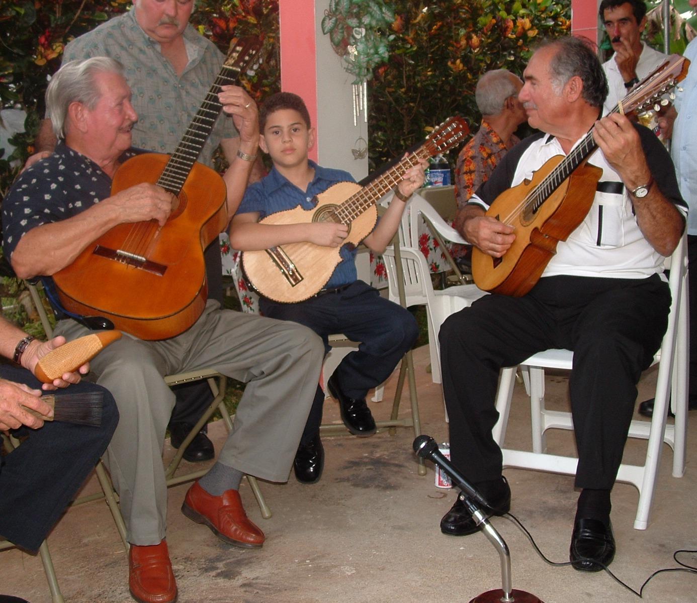 Don Polo Ocasio (izquierda), legendario integrante del conjunto Ladí, apadrinó la carrera del entonces niño Luis Sanz al percatarse de su talento y dedicación al cuato puertorriqueño. (Foto suministrada)