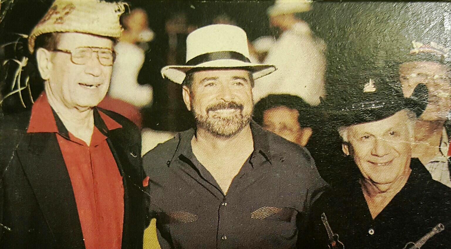 El comediante junto a Luisito Vigoreaux y don Joaquín Mouliert. (Foto suministrada)