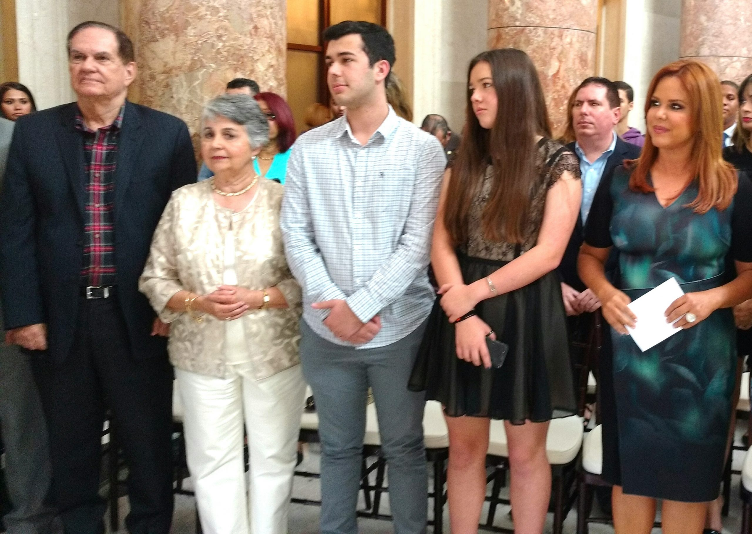 María Celeste (derecha) junto a sus progenitores y dos de sus hijos. (Foto Luis Ernesto Berríos para Fundación Nacional para la Cultura Popular)