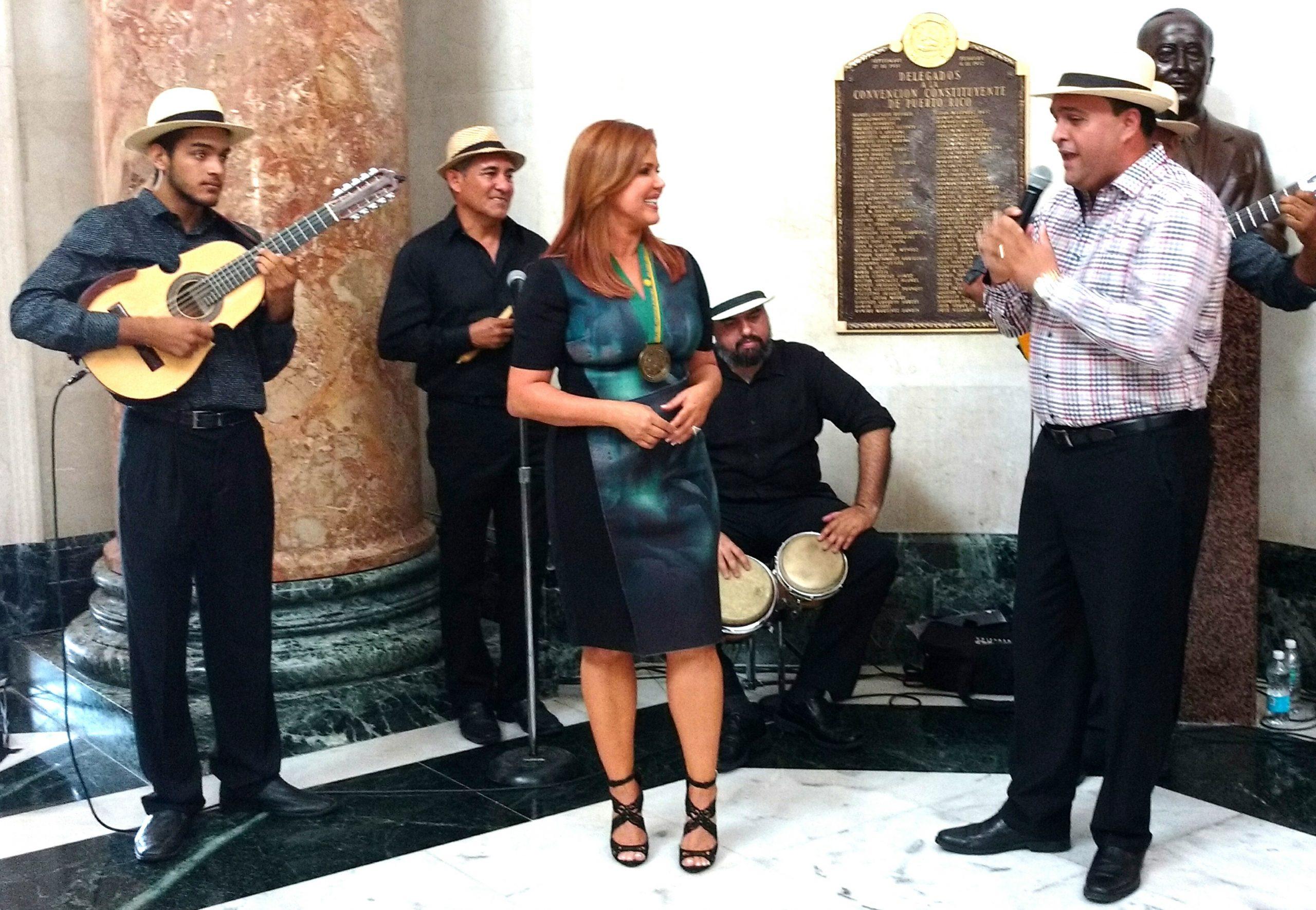 El trovador Omar Santiago, del grupo Decimamía, le cantó a la periodista en su homenaje. (Foto Luis Ernesto Berríos para Fundación Nacional para la Cultura Popular)