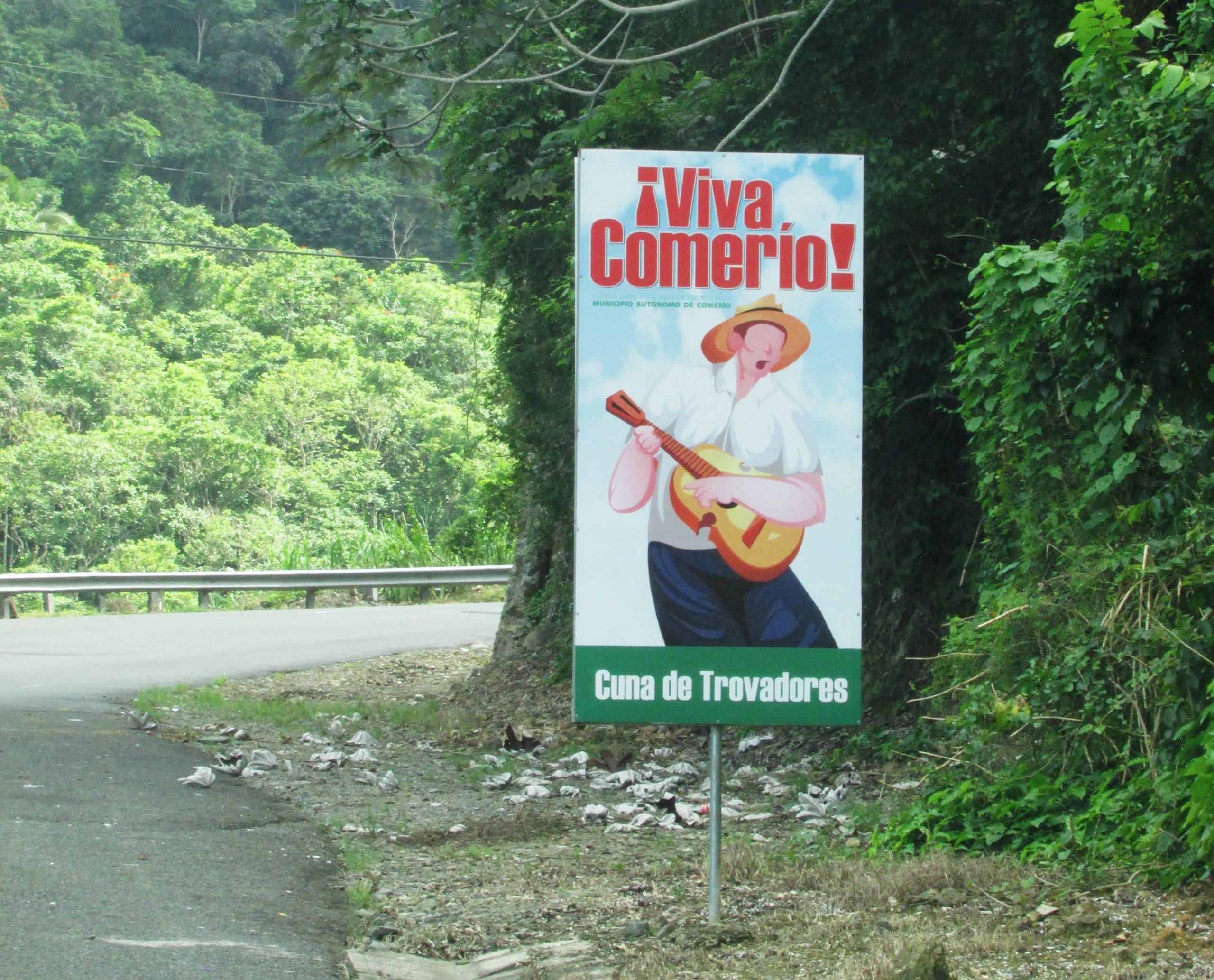 Rótulos alusivos a la festividad daban la bienvenida a Comerío. (Foto Javier Santiago / Fundación Nacional para la Cultura Popular)