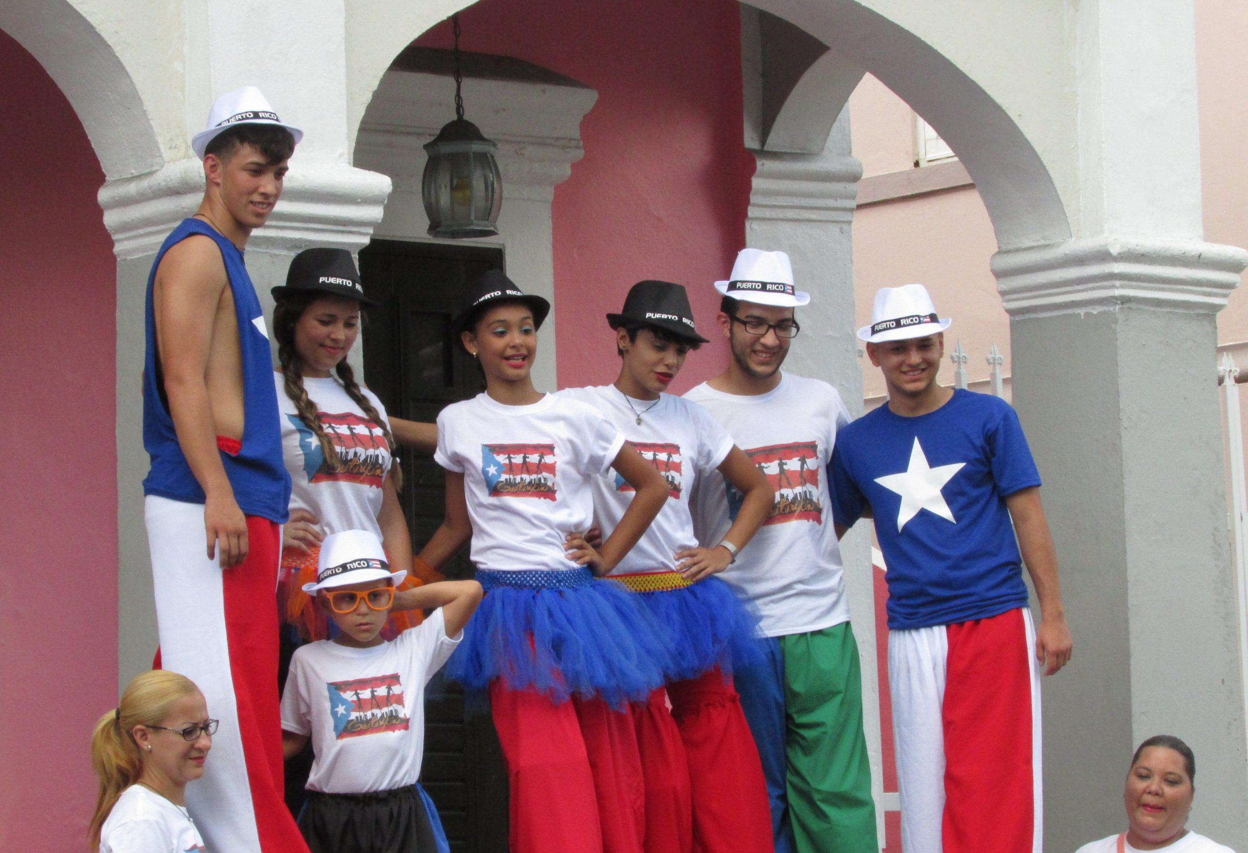 Jóvenes zanqueros de Guatirikén frente al Centro Cultural. (Javier Santiago / Fundación Nacional para la Cultura Popular)