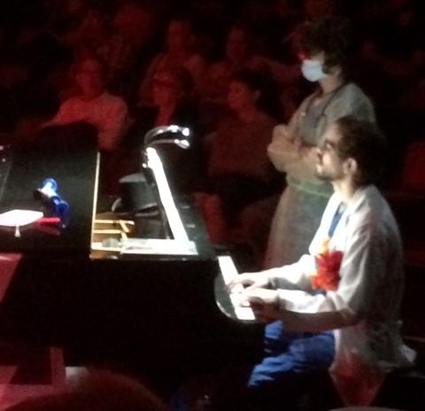 Félix Monclova toca el piano durante el musical. (Foto Joselo Arroyo para Fundación Nacional para la Cultura Popular)