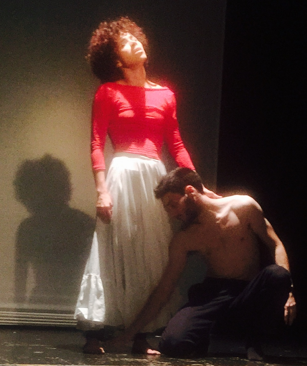 Isadora López Pagán, aquí junto a Cristian Ortega Ruedas, da rienda suelta a su propuesta Cos parlant. (Foto Alina Marrero para Fundación Nacional para la Cultura Popular)