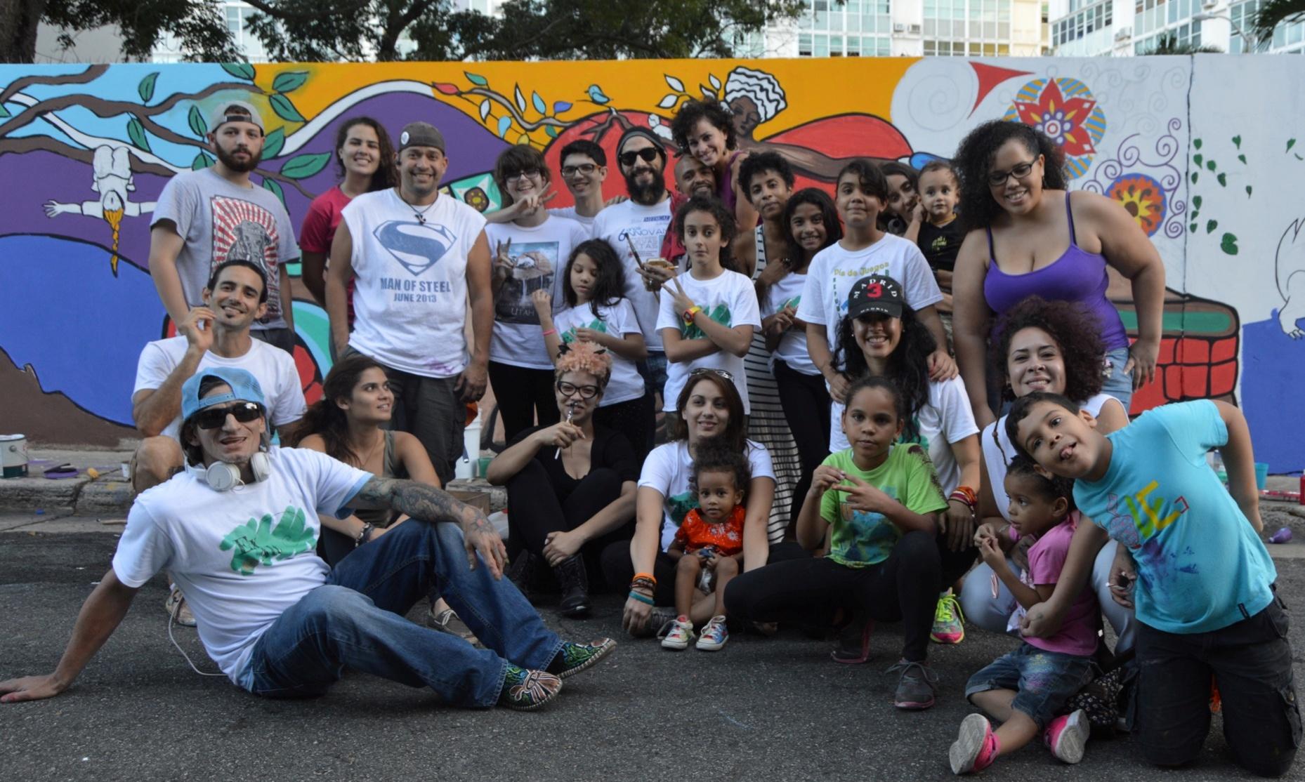 Miembros de la coumidad riopedrense compartieron la experiencia de la creación del mural ideado por Alex Aldarondo Jiménez. (Foto Alina Marrero para Fundación Nacional para la Cultura Poipular)