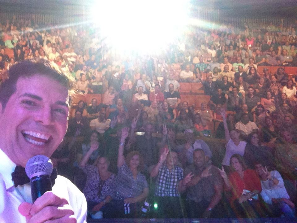 """Foto tipo """"selfie"""" tomada por el propio Johnny Ray en la noche de su estreno en el Centro de Bellas Artes de Santurce. (Foto John Rodríguez / FB)"""