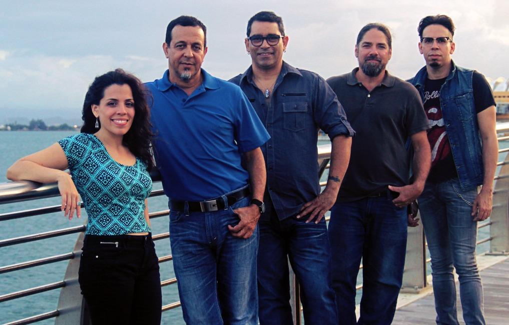 Tito Auger (cuarto de izquierda a derecha) forma parte de la Banda Acústica junto a los cantautores Nore Feliciano, Rucco Gandía, Mikie Rivera y Walter Morciglio. (Foto suministrada)