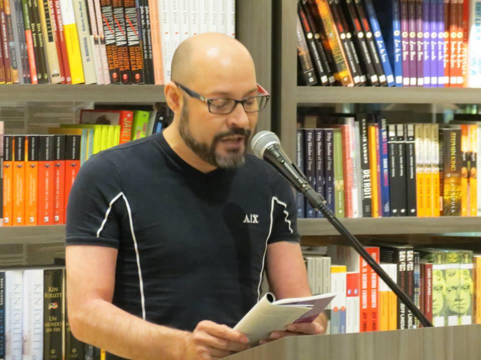 """Leyendo su libro """"Cuentos de vellonera"""". (Foto suministrada)"""