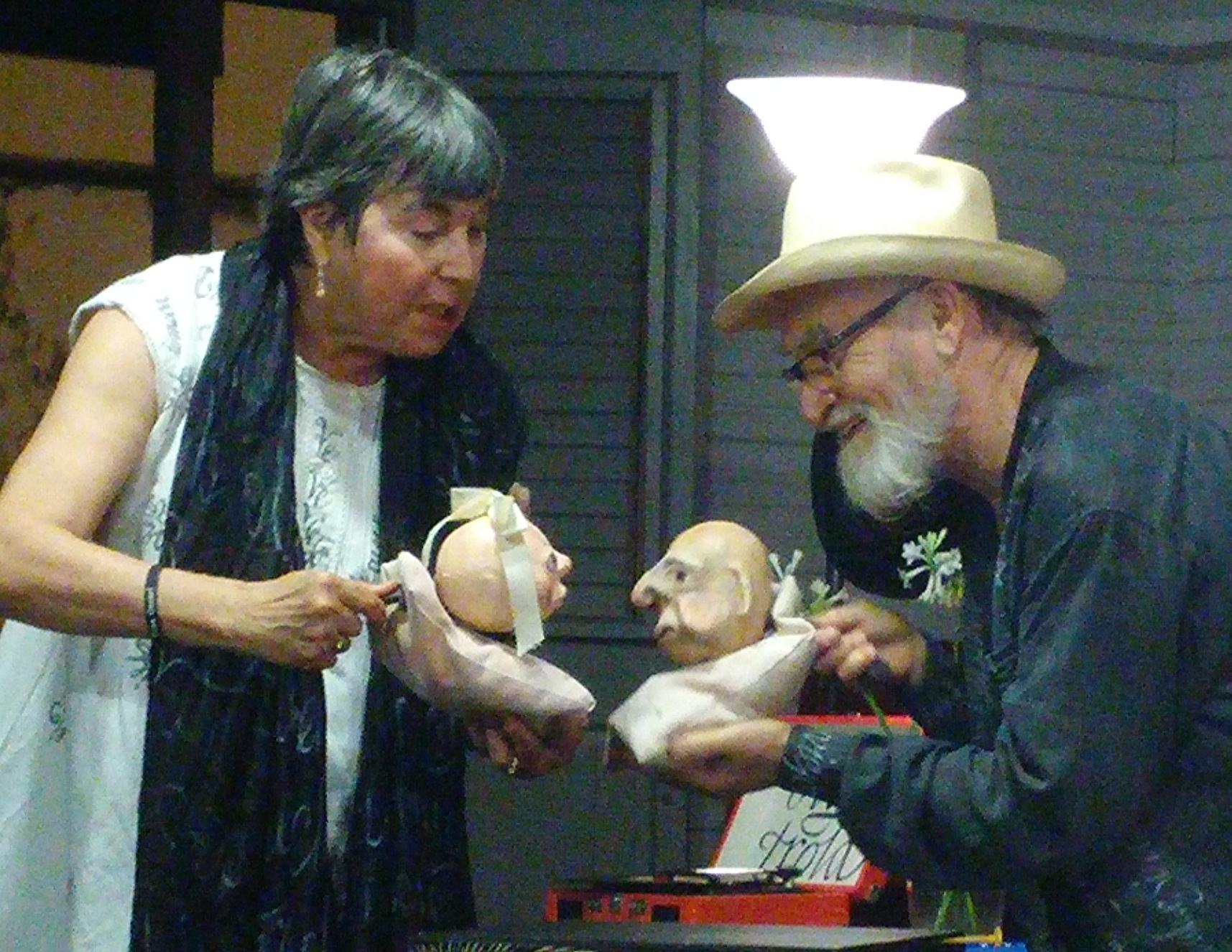 Los títeres Vevé y Viejo fueron realizados por Deborah Hunt. (Foto por Gabriela Ortiz)