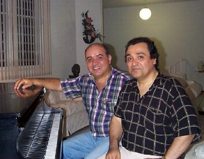 """Luciano Quiñonez, izquierda, junto al compositor puertorriqueño Eladio Torres, autor de la danza """"Tu vives en mi pensamiento"""", en una instantánea del año 2000. (Foto www.ladanza.com)"""