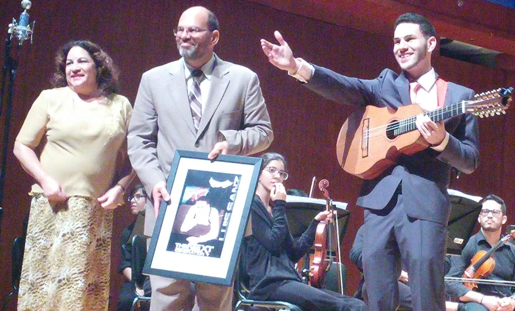 Luis Sanz, aquí junto a sus progenitores, se graduó recientemente del Conservatorio de Música de Puerto Rico. (Foto Gabriela Ortiz para Fundación Nacional para la Cultura Popular)