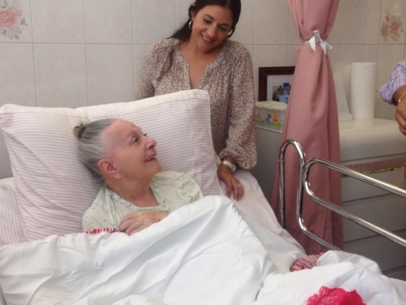 Mercedes Sicardo, junto a su hija, cantó los villancicos junto a sus compañeros actores. (Foto Alina Marrero para Fundación Nacional para la Cultura Popular)