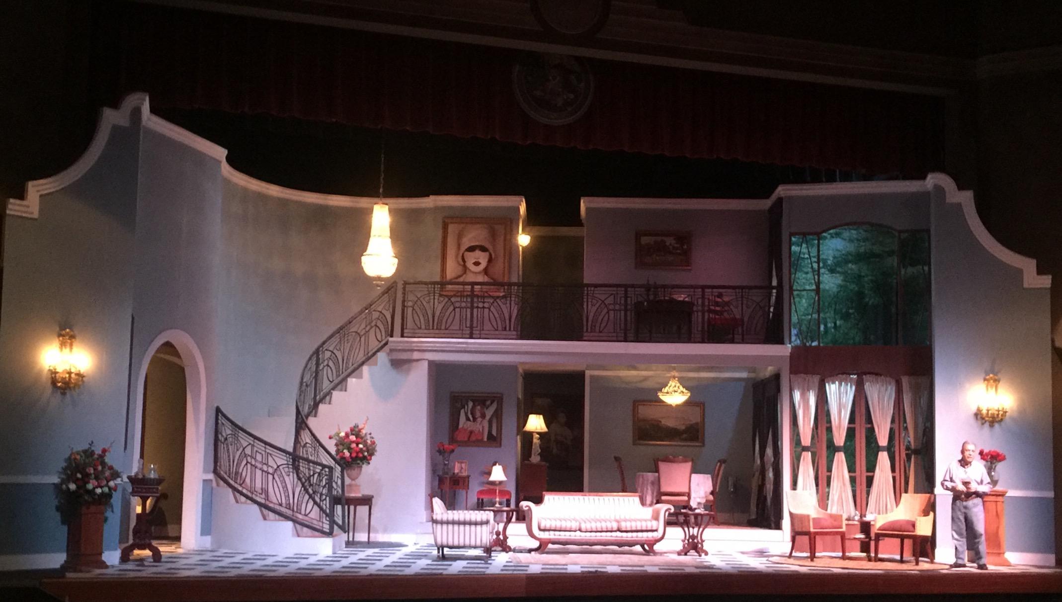 La hermosa escenografía de dos niveles fue diseñada por José Manuel Díaz. (Foto Alina Marrero para Fundación Nacional para la Cultura Popular)