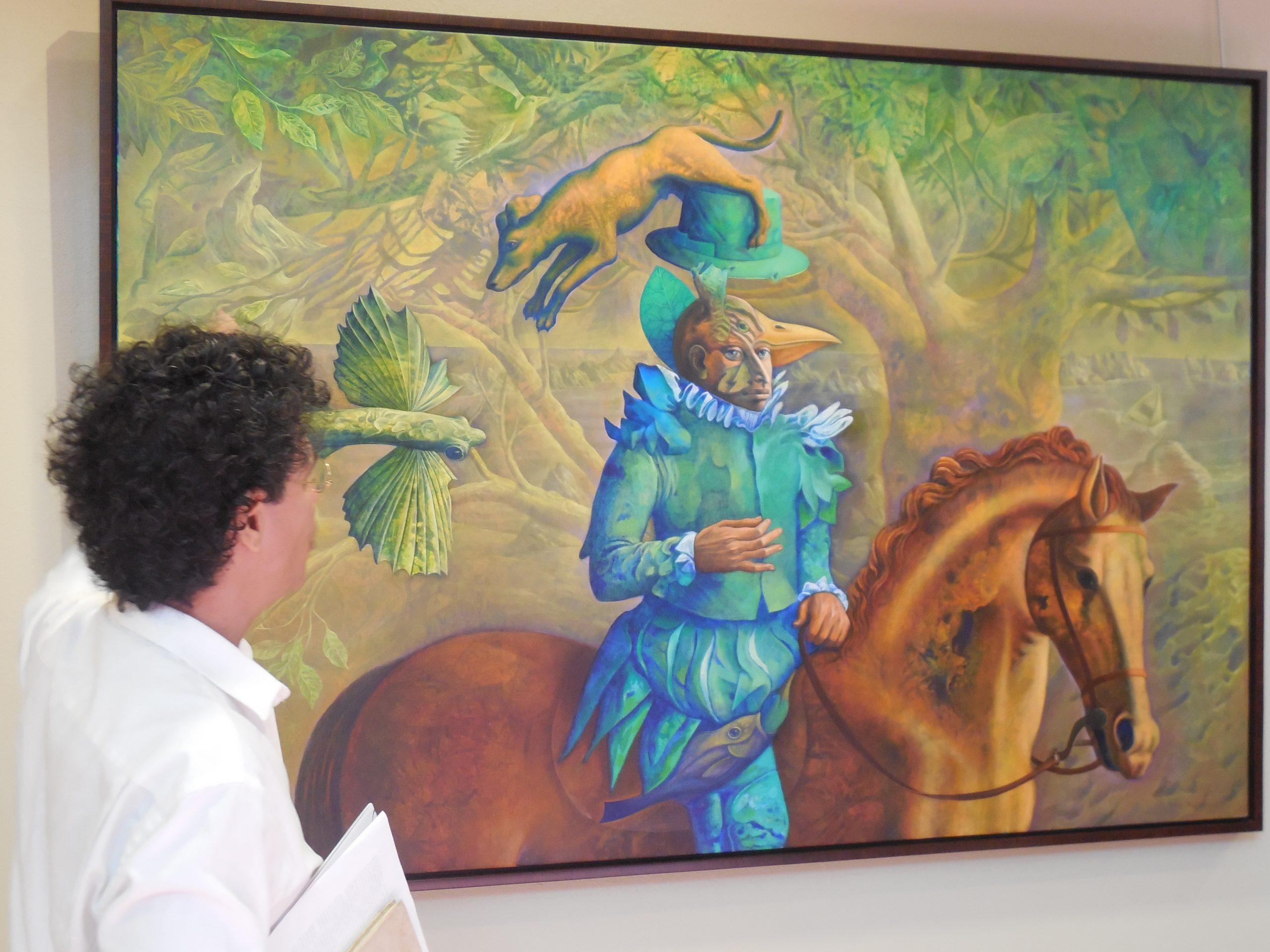 """Nick Quijano comenta la pieza de Rafael Trelles, """"Jinete de junio"""". (Foto Gabriela Ortiz para Fundación Nacional para la Cultura Popular)"""