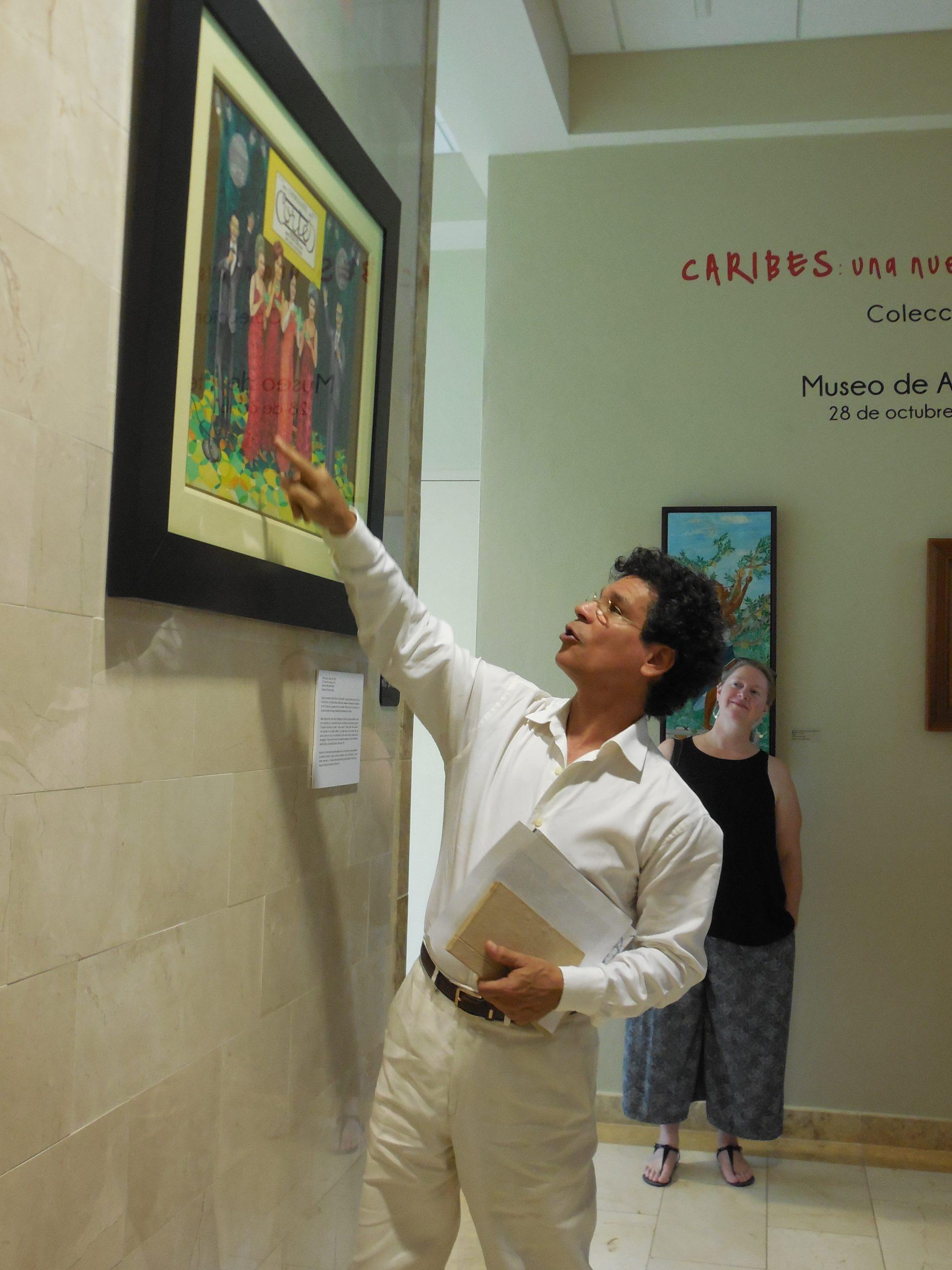 """Nick Quijano le habló al público sobre los detalles de su pieza """"El colmo de lo exquisito"""". (Foto Gabriela Ortiz para Fundación Nacional para la Cutura Popular)"""
