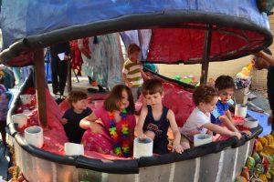 Niños y adultos disfrutan de los espectáculos surrealistas que se crean con Ballenarca. (Foto Proyecto Ballenarca)