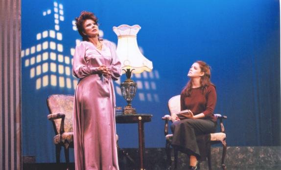 """Sandra Rivera y su hija Sandra Teres en una escena de """"Actrices"""" presentada en 1999 en el Teatro Tapia. (Foto suministrada)"""