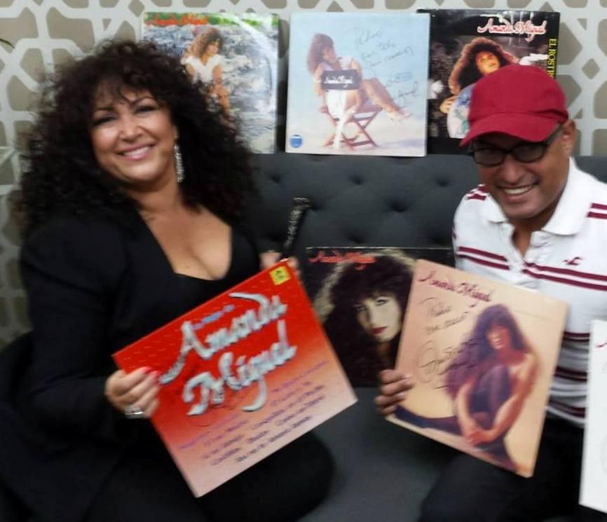 Amanda Miguel fue sorprendida por el boricua Pedro Guadalupe con su colección de discos de larga duración. (Foto Pedro Guadalupe FB)
