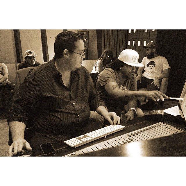 """Pirulo, en el estudio, durante la edición del tema """"Soy Antillano"""" de Marilyn Pupo. (Foto El Antillano FB)"""