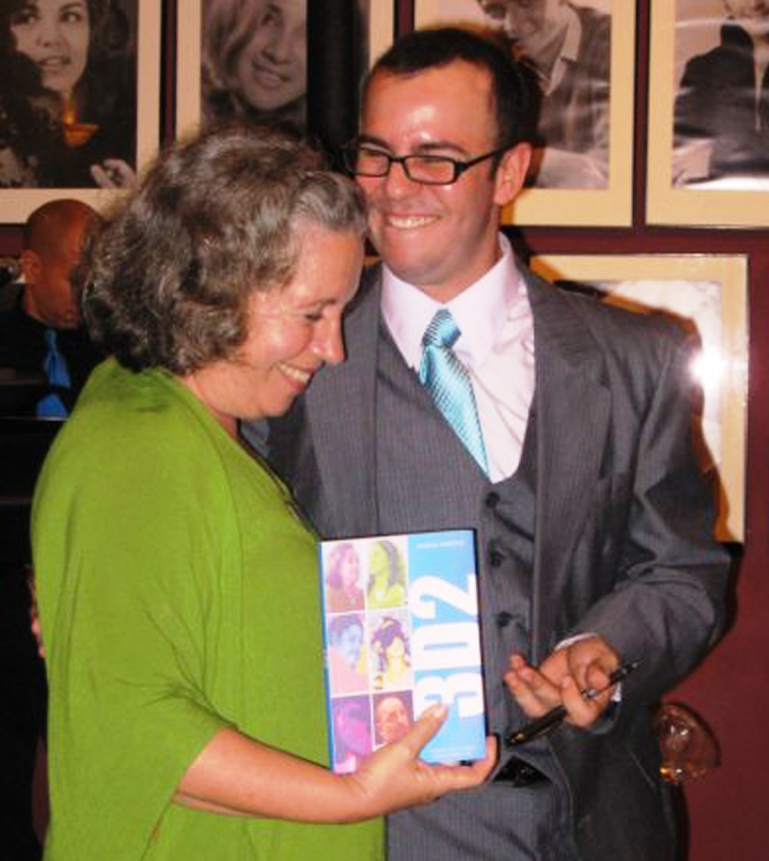 """Georgina con el autor de la pieza, Joselo Arroyo, durante la presentación del libro """"3D2"""". (Foto por Freddy Guerra)"""