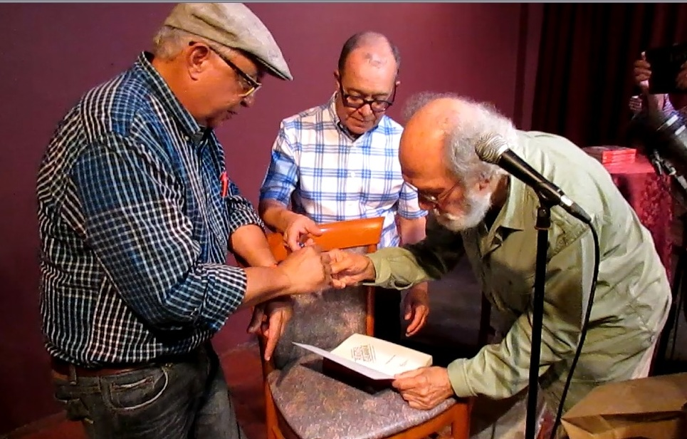 Sunshine, Iván y Jacobo firmaron libros para el público presente.(Foto Javier Santiago / Fundación Nacional para la Cultura Popular)
