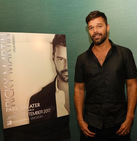 El artista boricua posó para la prensa frente a su cartel promocional en la conferencia celebrada en Las Vegas ayer. (Foto )