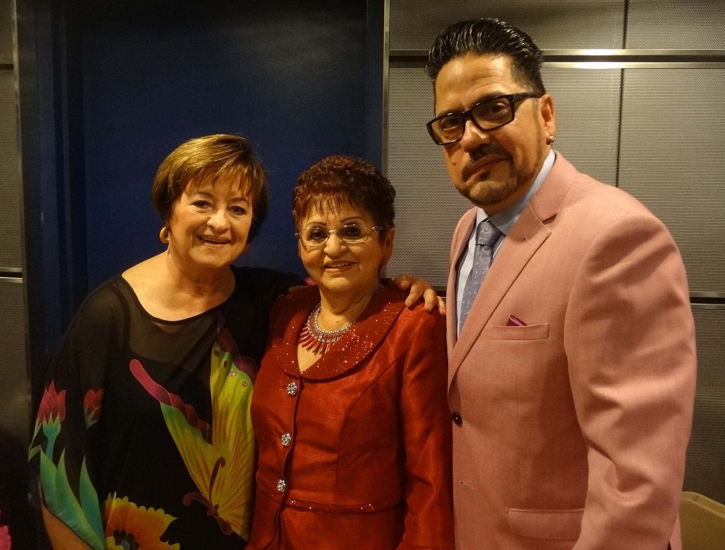 Roberto Alexander Pérez con sus dos madres, según sus palabras, Sharon Riley y Trinidad Rodríguez. (Foto Adriana Pantoja para Fundación Nacional para la Cultura Popular)