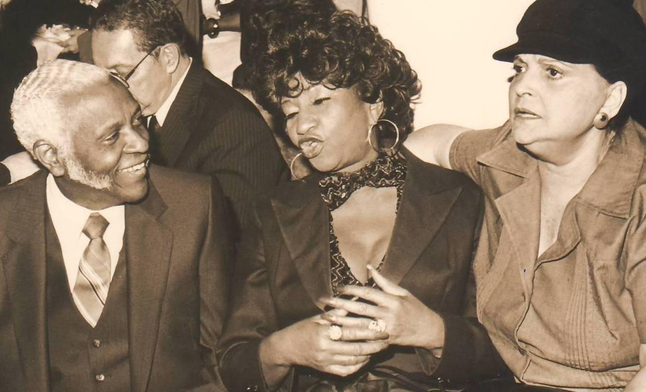 Pedro Knight, Celia Cruz y Myrta comparten en Puerto Rico a principios de la década de 1980. (archivo Fundación Nacional para la Cultura Popular)