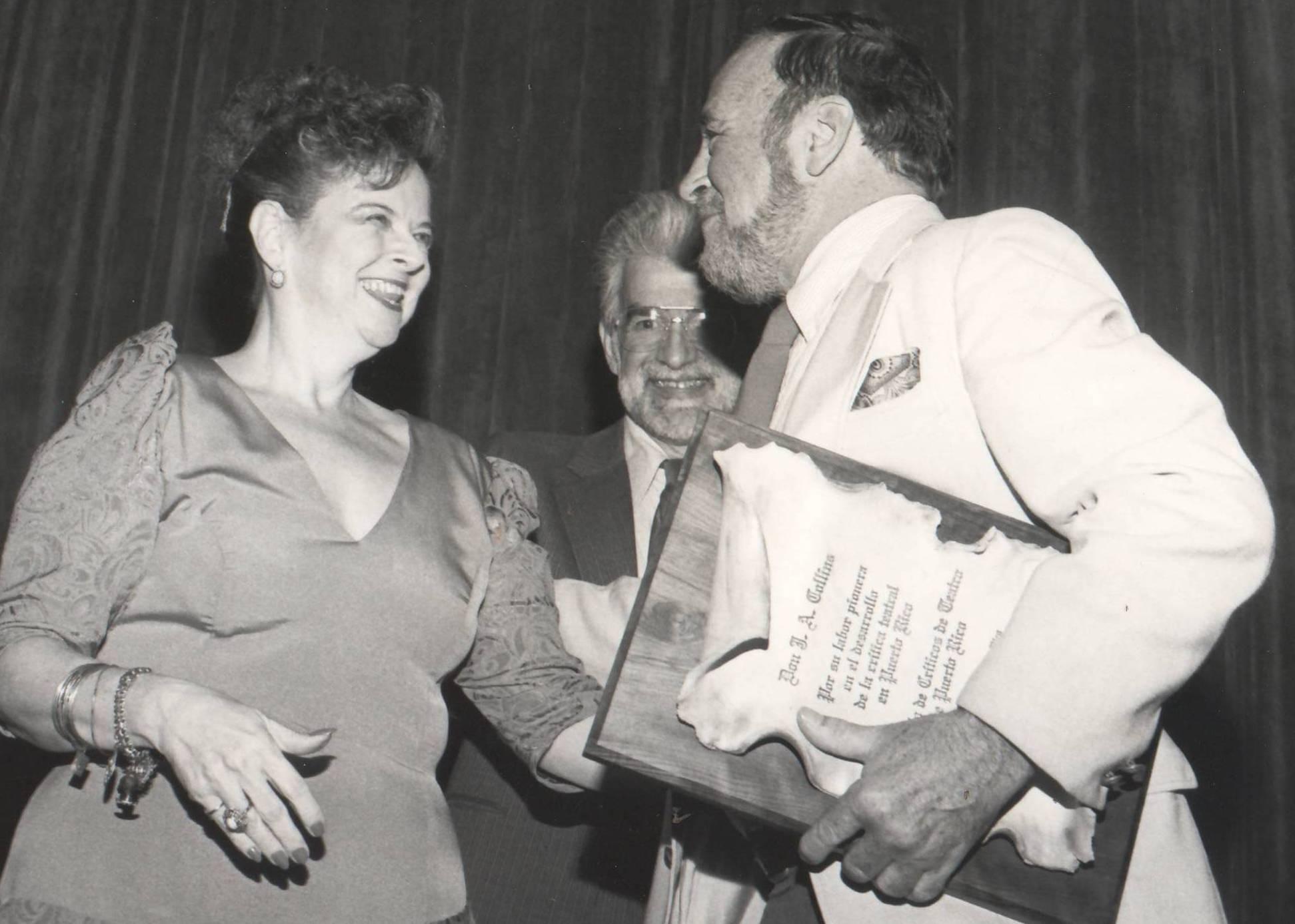 Ileana Cidoncha y Ramón Figueroa Chapel, del Círculo de Críticos de Teatro, entregan un reconocimiento a J.A. Collins, de The San Juan Star, por su labor en la crítica teatral. (archivo Fundacion Nacional para la Cultura Popular)