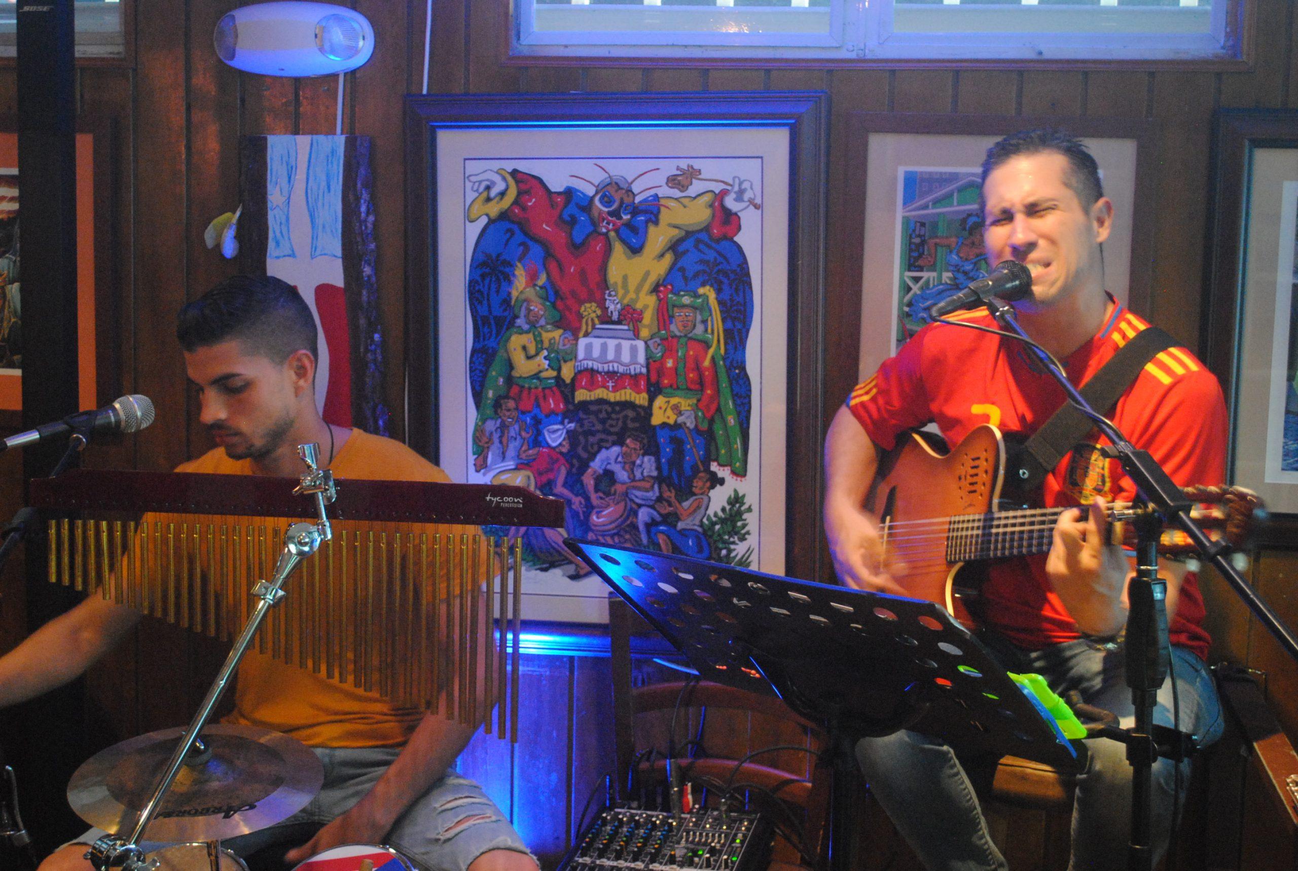 Sin Brújula, integrado por el percusionista Alan Padilla y el guitarristaflautista José Sánchez. (Foto Jaime Torres Torres para Fundación Nacional para la Cultura Popular)