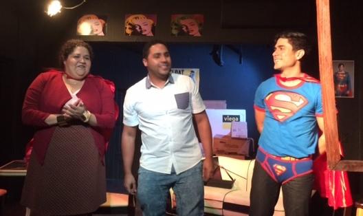 El joven dramaturgo Rafael Paán, al centro, recibió el aplauso del público en la noche de estreno. (Foto Joselo Arroyo para Fundación Nacional para la Cultura Popular)