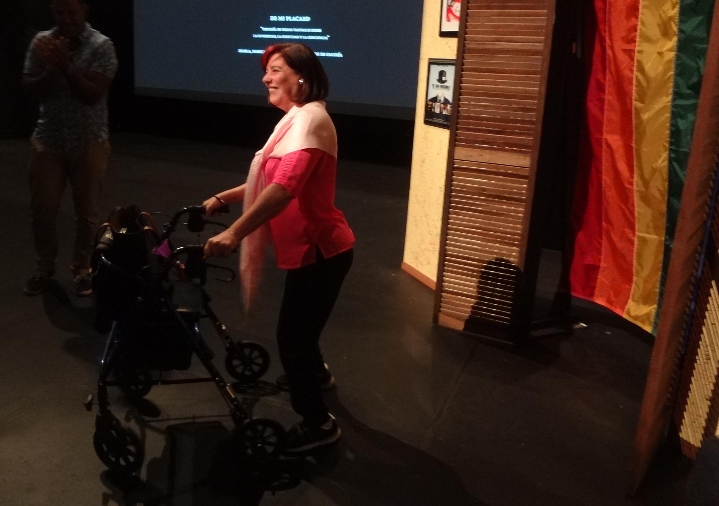 Sylvia, hija de Sharon, entrando por la escenografía . (Foto Adriana Pantoja para Fundación Nacional para la Cultura Popular)
