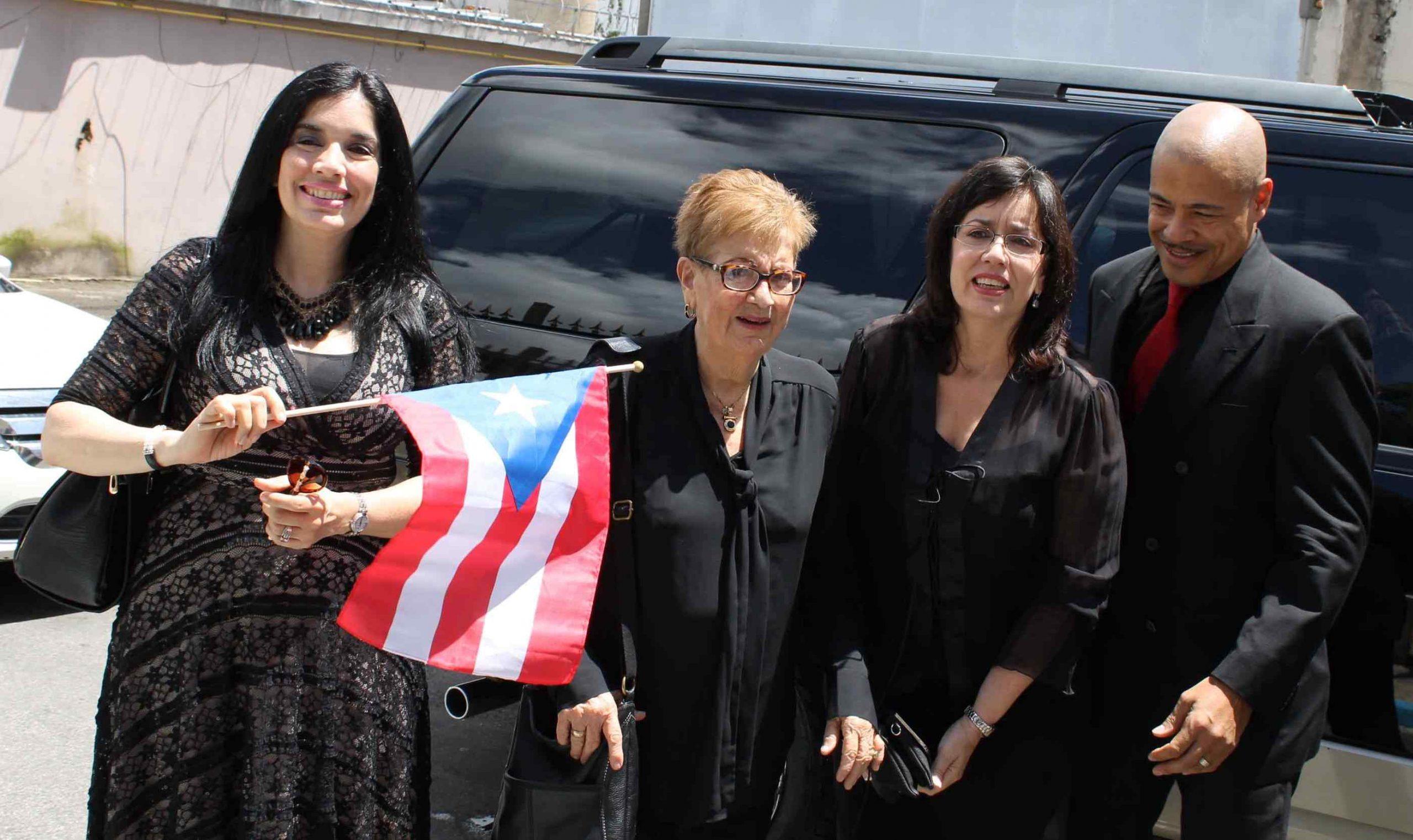 La familia de Tavín recibieron al pueblo que lo fue a despedir. (Foto Edgar Torres para Fundación Nacional para la Cultura Popular)