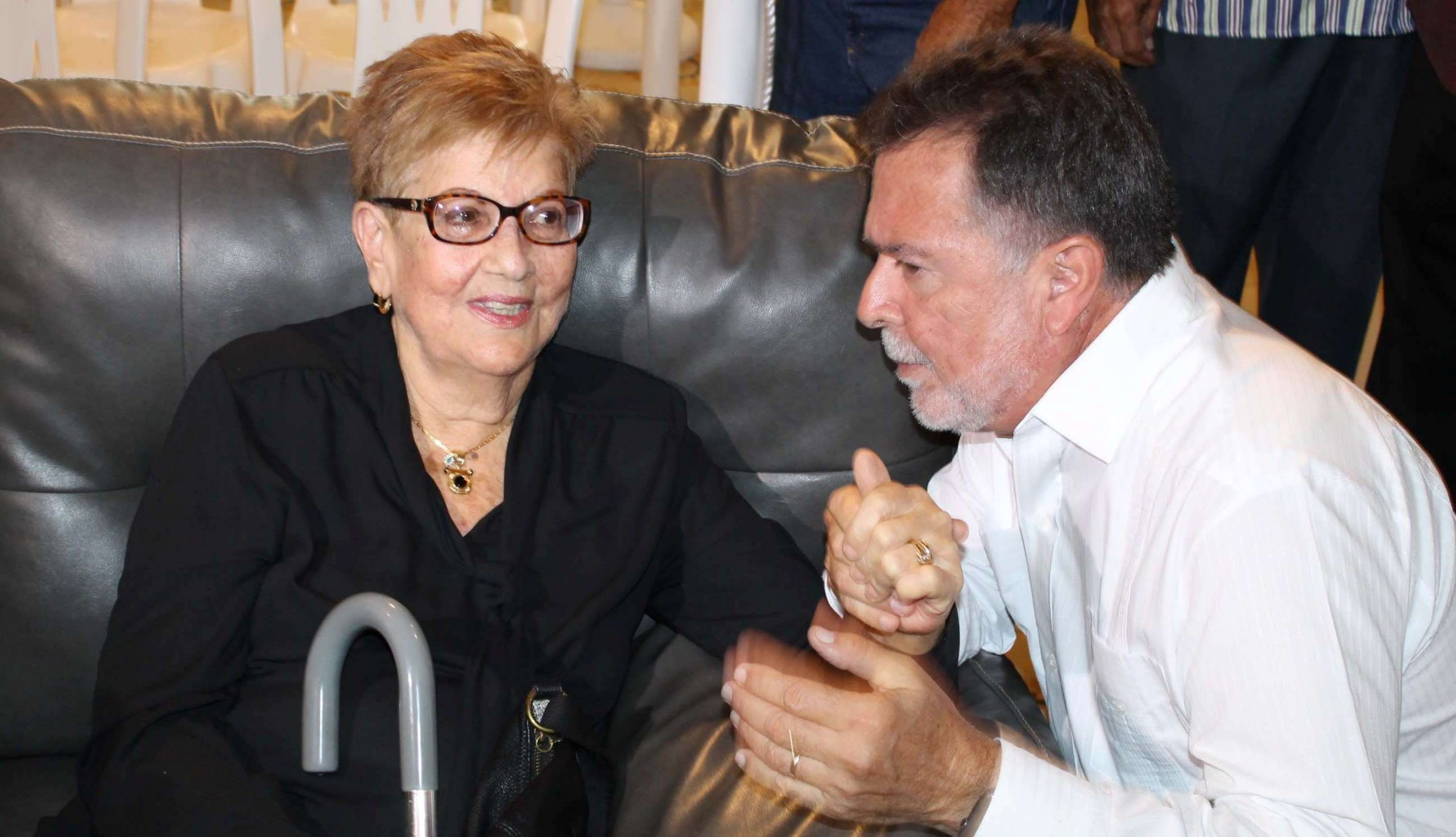 El productor Luisito Vigoreaux acompañó a doña Vilma durante el velatorio. (Foto Edgar Torres para Fundación Nacional para la Cultura Popular)