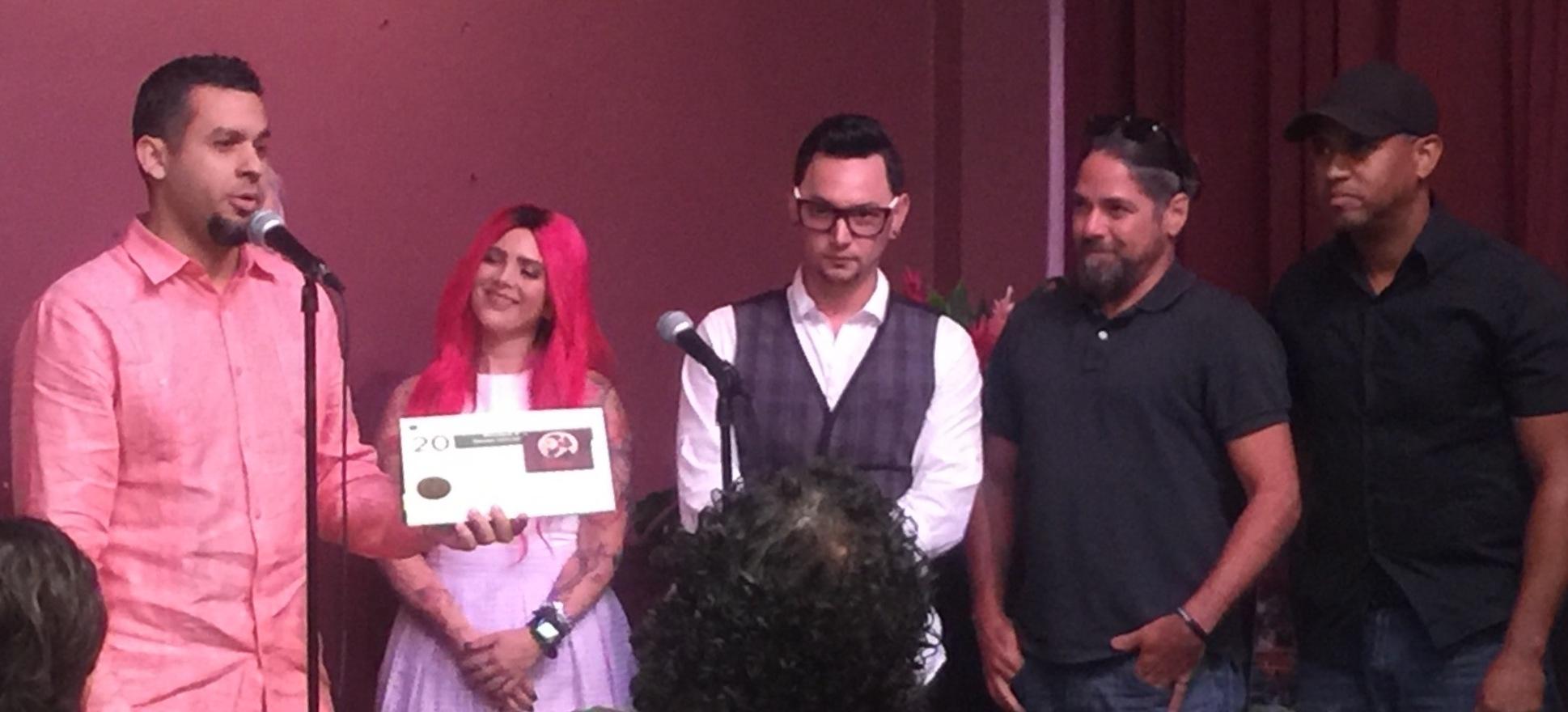 """Tito Ortiz aceptó la distinción acompañado de varios de los participantes del disco """"Betances suena así"""". (Foto Alina Marrero para Fundación Nacional para la Cultura Popular)"""