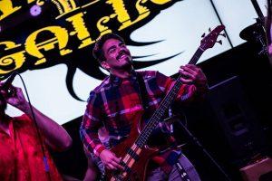 Víctor Mirini, uno de los fundadores de Misa 'E Gallo y el bajista de la agrupación durante la celebración del 3er aniversario en Downtown. (Foto suministrada)