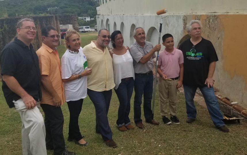 Representantes de Vieques Air Link, Master Paint y el Instituto de Cultura Puertorriqueña, estudiantes y ciudadanos de la Isla Nena participaron en el inicio de trabajos en el Fortin de Vieques. (Foto suministrada)