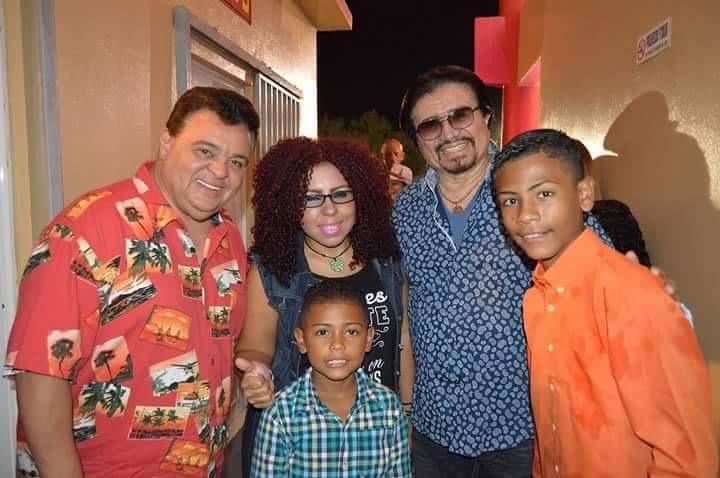 Wito junto a su madre Lourdes, su hermanito menor y Los Reyes de la Salsa. (Foto suministrada)