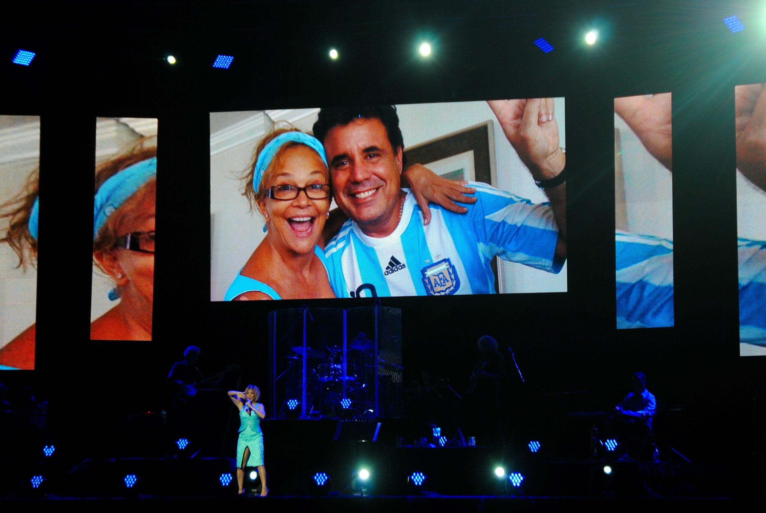 El uso de pantallas durante el concierto sirvió para iexhibir imáhgenes de las vivencias de Yolandita con su difunto esposo. (Foto Jaime Torres Torres para Fundación Nacional para la Cultura Popular)