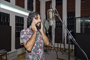 """Angel Herrero de Yíbaro graba la voz para """"Cuba y Puerto Rico son..."""". (Foto suministrada)"""